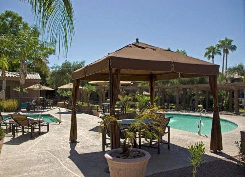 Andra poolen; koppla av, sola och koppla av eller ta varv i poolen om du föredrar!