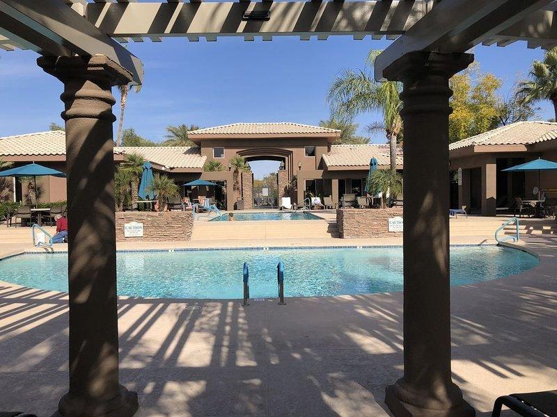 Huvudsakliga poolområdet; uppvärmd pool med stort däck och gott om stolar att sitta och sola!