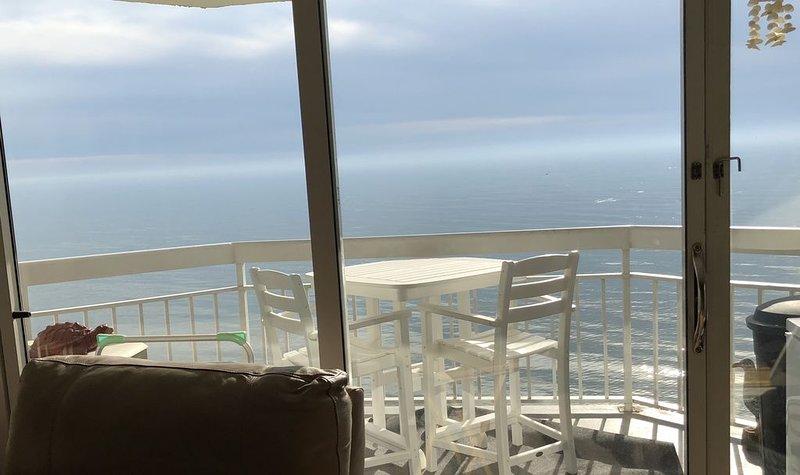 1BR,2BA Oceanfront condo. Remodeled from top to Bottom!  10 % off for Vets!, location de vacances à Garden City Beach