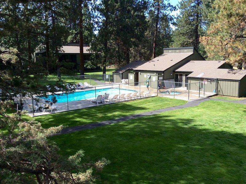 Vue de la piscine privée depuis le balcon