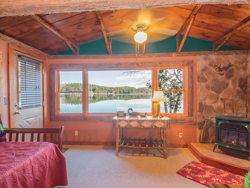 All Season Loon Cabin on Lake Colby in Saranac Lake, ideal setting year-round., aluguéis de temporada em Saranac Lake