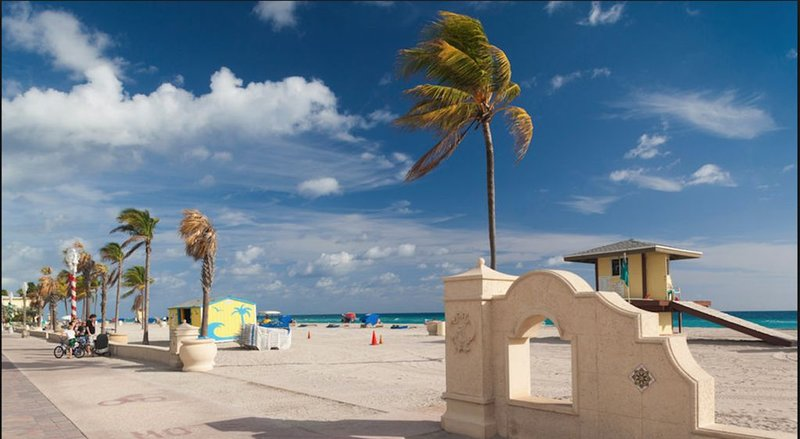 Gorgeous  4 bed 4 bath Luxury Beach Property steps from the beach!, holiday rental in Hollywood