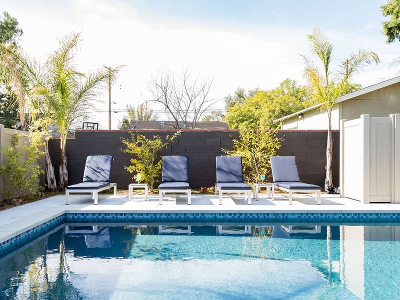 Safe, Poolside Family Home Perfect For a Staycation!, vacation rental in Altadena