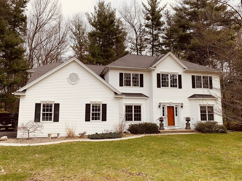 Entire Spacious Saratoga Home near Race Track, Downtown, **** and Lake George, location de vacances à Victory Mills