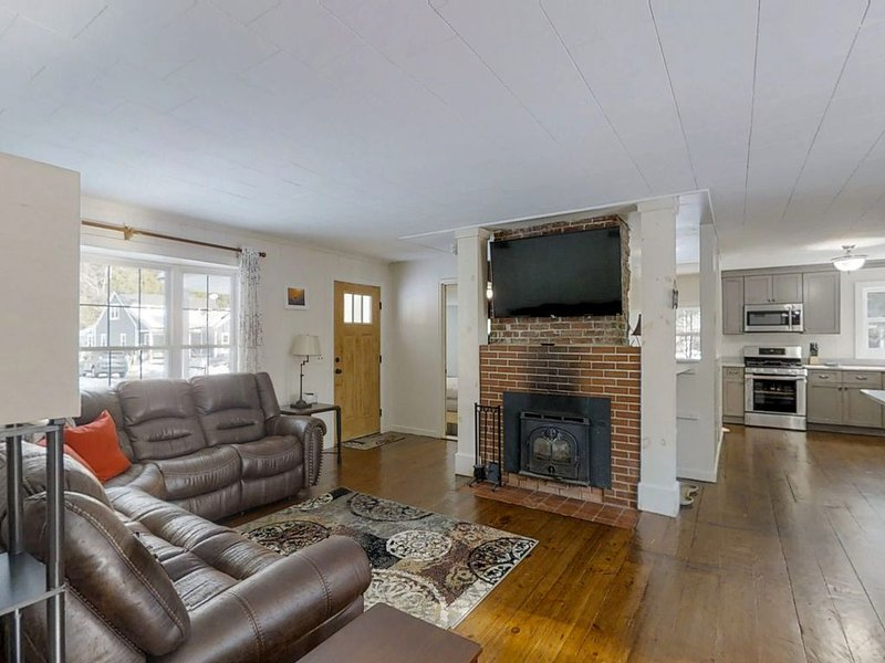 Dog-friendly home w/ fireplace & furnished deck - near resort, holiday rental in North Conway