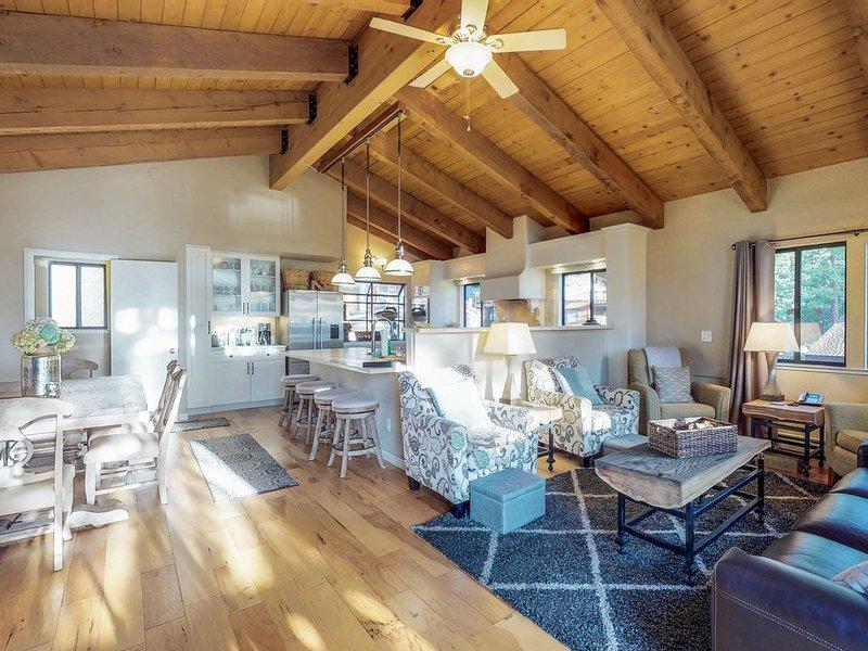 Spacious home w/ tennis, views - easy access to lake & slopes!, alquiler de vacaciones en Incline Village