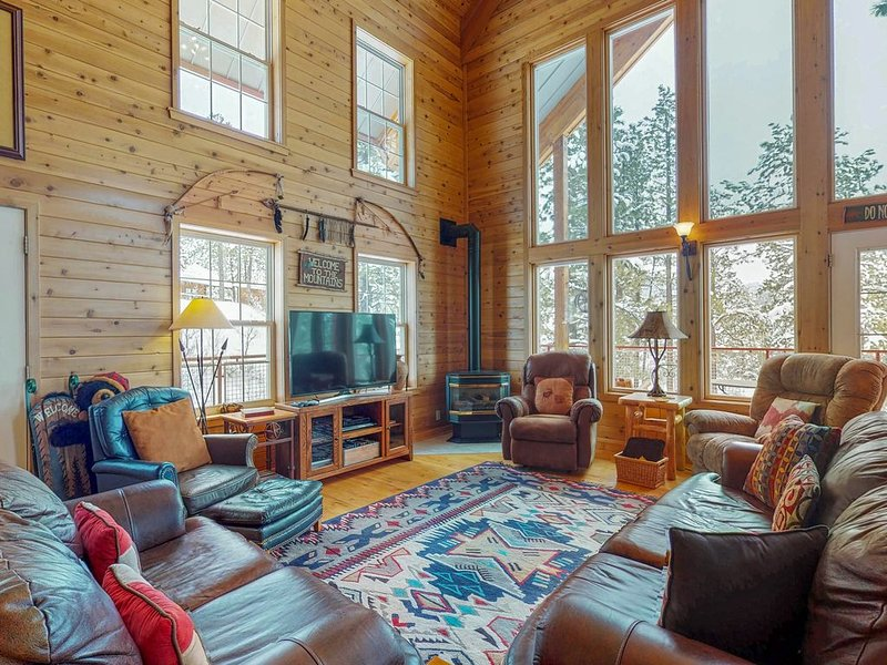 Luxury log cabin w/ wrap-around deck, Ping-Pong & gorgeous views!, alquiler de vacaciones en Pagosa Springs