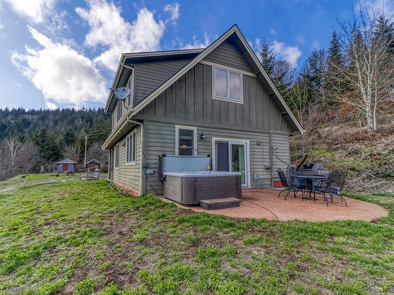 Mountain cabin on five acres w/ a private hot tub & Mt. Hood view - two dogs OK!, holiday rental in White Salmon
