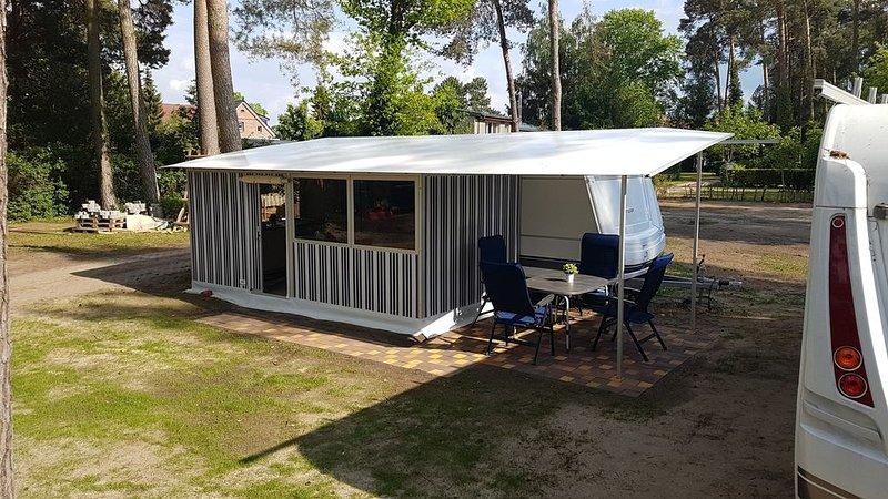 Neuer Glamping Unterkunft Mietwohnwagen mit WC und Küche, holiday rental in Klessen