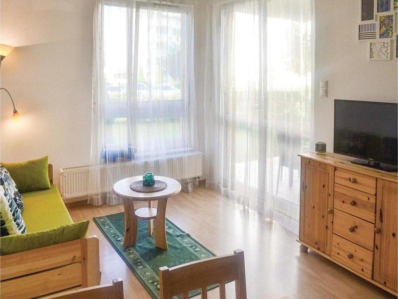 Schöne Ferienwohnung mit Klimaanlage direkt am See mit Garten in Freistrand, holiday rental in Balatonakarattya