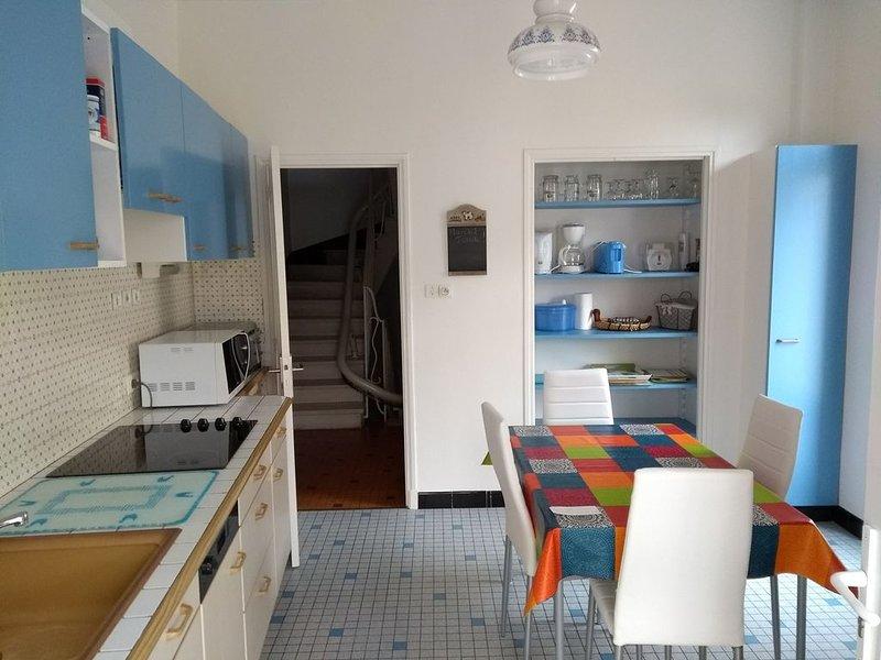 Det fullt utrustade köket som vetter mot balkongen och verandan.