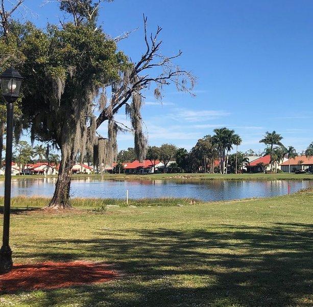In the heart of Ft. Myers-Updated 2 bed/2bth condo, alquiler de vacaciones en Fort Myers