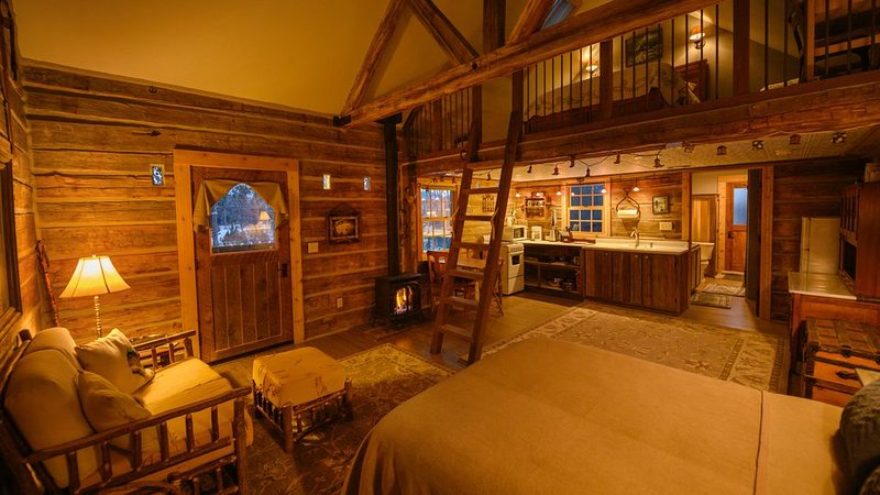 Cozy, Rustic Cabins near Chico Hot Springs & only 35 mins to YELLOWSTONE PARK!!, location de vacances à Prier