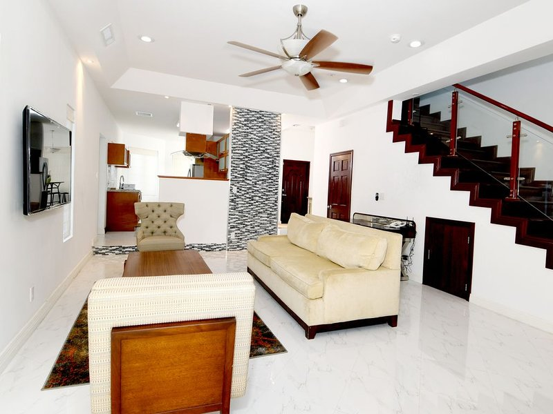 Las Casitas near the Airport, Beaches, Shops, Resturants, and scuba diving., holiday rental in Coral Harbour