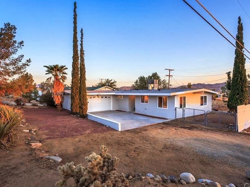 Relax in a Cozy & Stylish Home in the Heart Of JT Village ~ AC, WiFi. Hot Tub, vacation rental in Joshua Tree