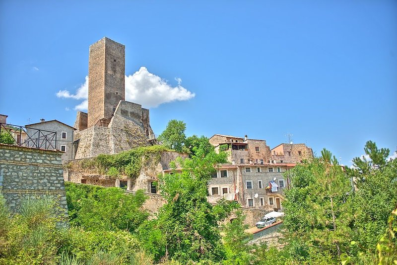 Restored Medieval Home Beneath 900 year old Tower in Introdacqua, Abruzzo, alquiler vacacional en Bugnara