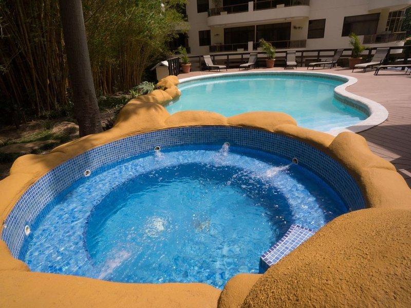 Best Part of The City! - 3 Bedroom/3 Bath Large Condo in Escazu! Specials Now!, alquiler de vacaciones en Escazú