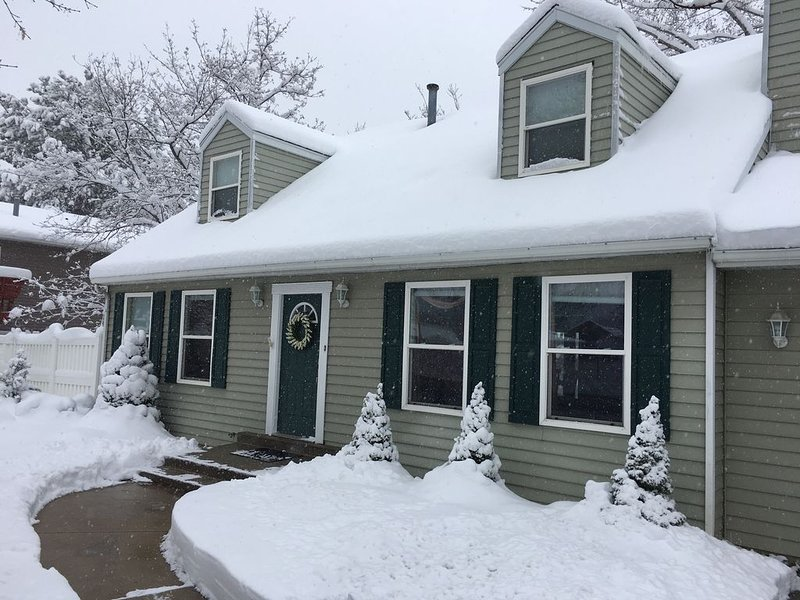 Newly remodeled basement apt, skiing, hiking, private hot tub, holiday rental in Sandy