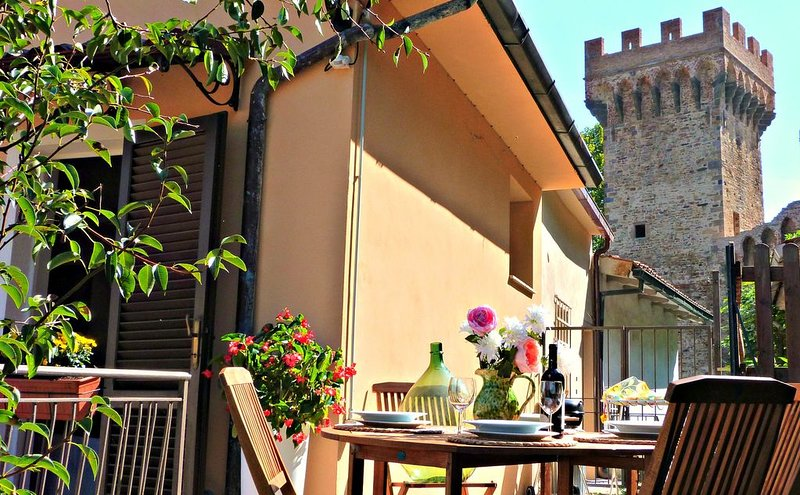 Medieval Village House. 2 private terraces. 5 min walk to village. Nr Pisa/Lucca, casa vacanza a Bientina