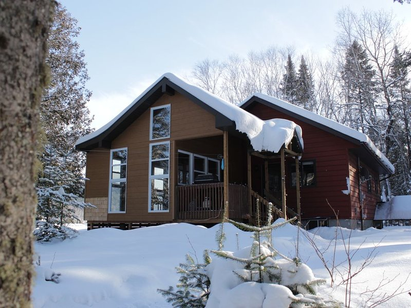 Le Huard - 4 season chalet by the lake, 8 pers, private Beach, aluguéis de temporada em Saint-Alexis-des-Monts