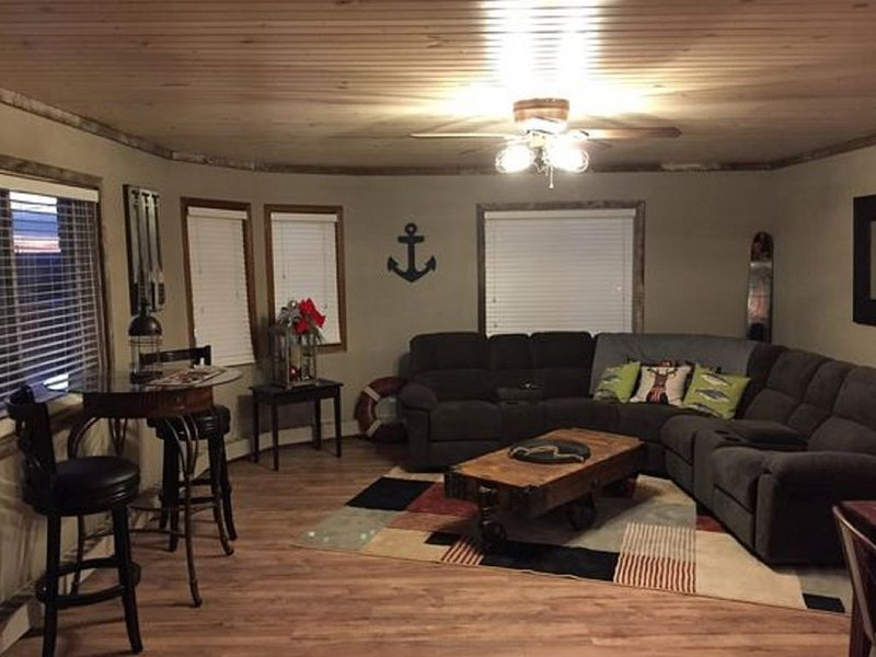 Starved Rock Country Loft in Historic Downtown LaSalle ~ Great View Of River, holiday rental in Peru