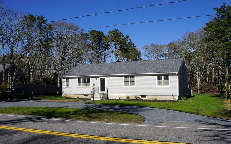 New Listing: Completely renovated Cape Cod Ranch .3 M from Cranberry Valley G C, location de vacances à Lake Pleasant