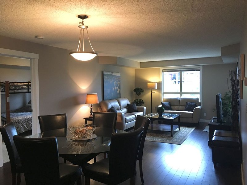 BEAUTIFUL VIEWS at Lake Windermere Pointe!!! 2 BDRM + DEN, 2 Bath Condo, holiday rental in Invermere