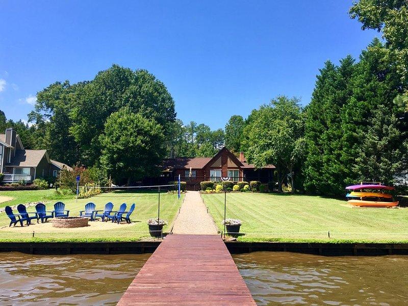 AMAZING Location| Main Lake View| FLAT Lot|  Firepit | Kayak| Float Mat| Linens, holiday rental in Vaughan