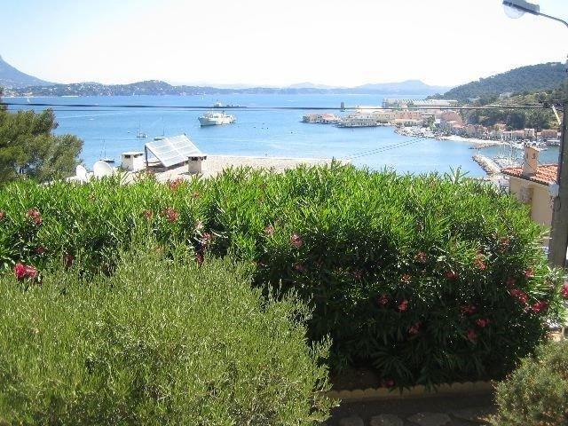 Vue mer, à 400 m de la plage et du port, clim, Wifi, vacation rental in Saint-Mandrier-sur-Mer