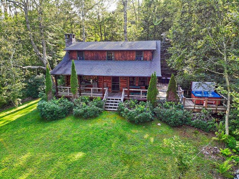 Winds Aloft ~Quaint Cabin with Grandfather Mountain views, Hot Tub, alquiler vacacional en Newland