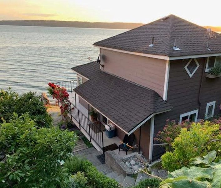 Kayaks & firepit included!  Cozy, beachfront cabin tucked between 2 state parks!, alquiler vacacional en Camano Island