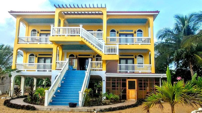 Large Beautiful Home on Private Beach, aluguéis de temporada em Stann Creek