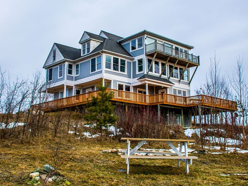 Experience Northern Michigan in a One Of A Kind Retreat with Stunning Views, vacation rental in Charlevoix