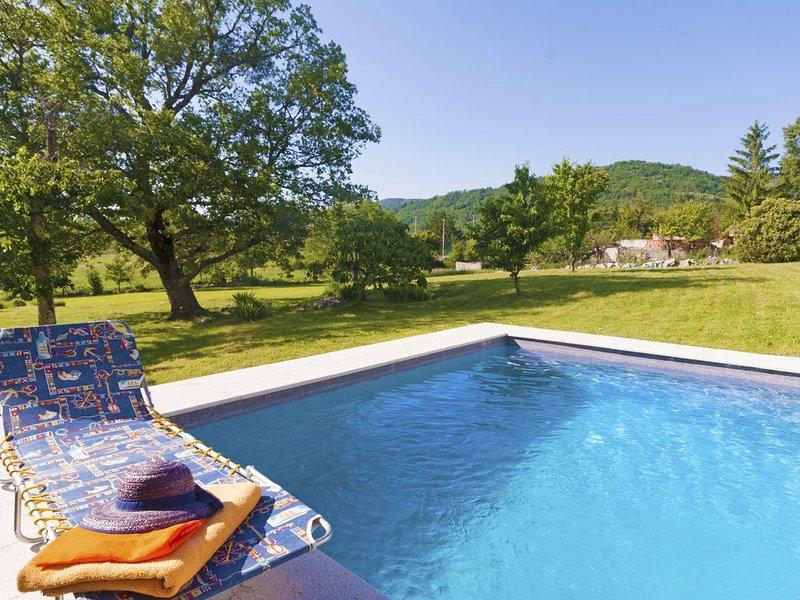 Charmantes Steinvilla auf 3800 qm privaten Grundstück, holiday rental in Kotli