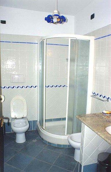 Uno de los baños modernos de Villa Gabella.