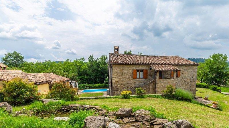 Privatsphäre in Istrien - großes Ferienhaus mit Pool im ruhigen idyllischen Dorf, holiday rental in Kras