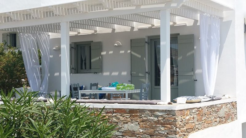 MAISON FACE MER- 3mn plage et petit port authentique, holiday rental in Chrisopigi