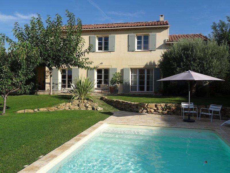 Villa provençale au calme à Cairanne, village de charme sur la route des vins, holiday rental in Cairanne