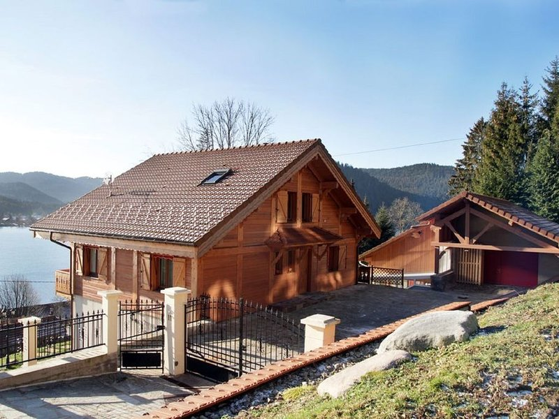 CHALET GRAND STANDING AVEC PISCINE INTERIEURE CHAUFFEE, holiday rental in Gerardmer