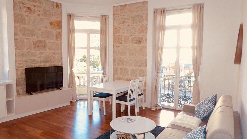 A 50 mètres de la mer! Appartement lumineux et spacieux refait à neuf., holiday rental in Menton