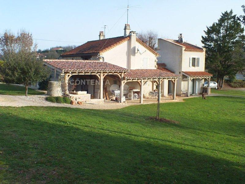 Maison de caractère, piscine privée et grands espaces arborés, holiday rental in Touzac