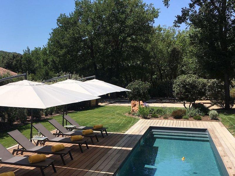 Belle propriété en pierres entièrement rénovée avec piscine chauffée à Gordes, holiday rental in Saint-Pantaleon