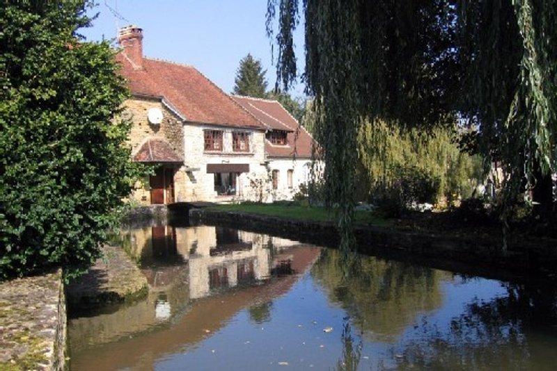 Moulin du 16ème siècle sur vaste terrain traversé  par un bief., vacation rental in Sainte-Colombe-sur-Loing