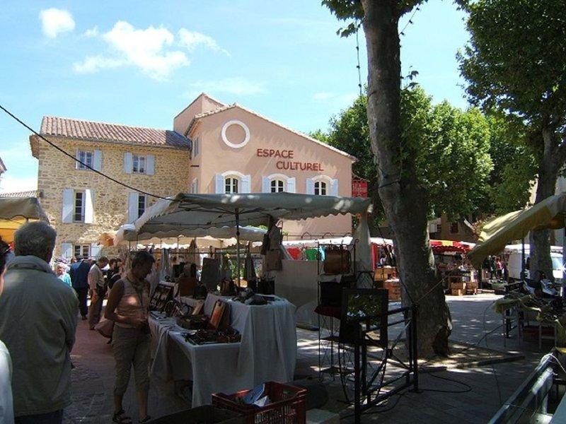 Sainte-Cécile-les-Vignes Espace culturel - marché du samedi matin