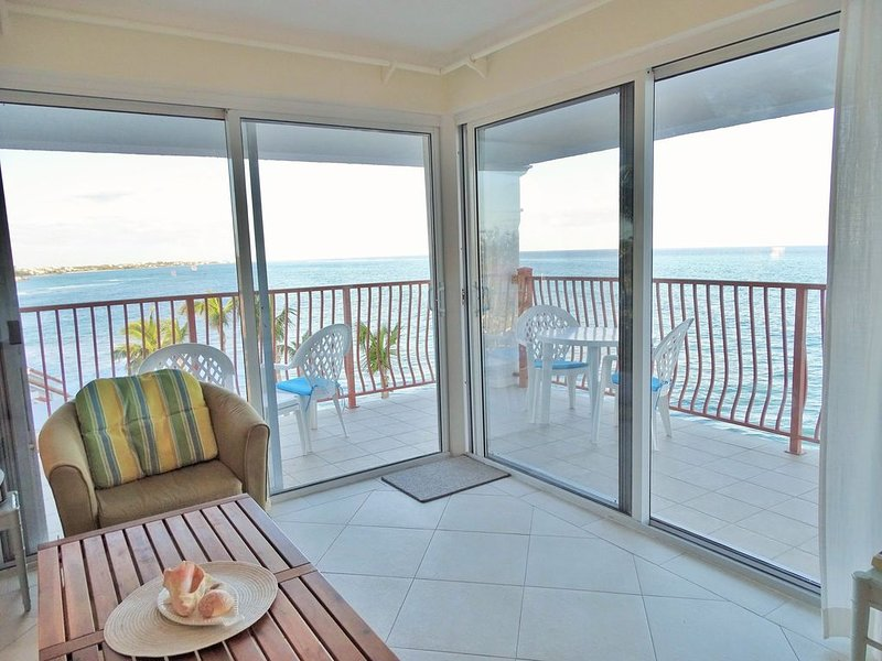 Ocean front Delaporte Condo with Amazing Views, location de vacances à Île de New Providence