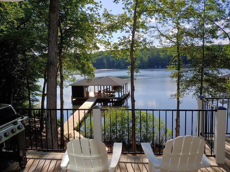 'Toes in the Water' at Lake Gaston - Custom Home on Large Cove, holiday rental in Vaughan