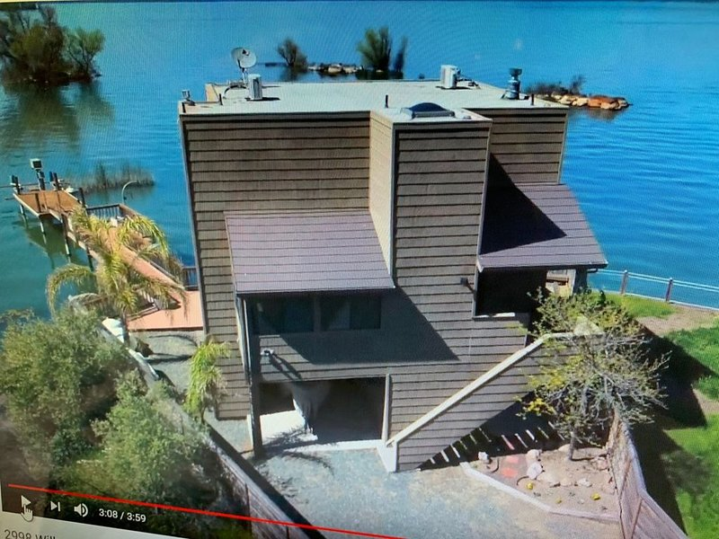 LAKEFRONT LUXURY! 3 STORY, 3 BR/2B PRIVATE DOCK next to Soda Hot Springs, holiday rental in Hopland
