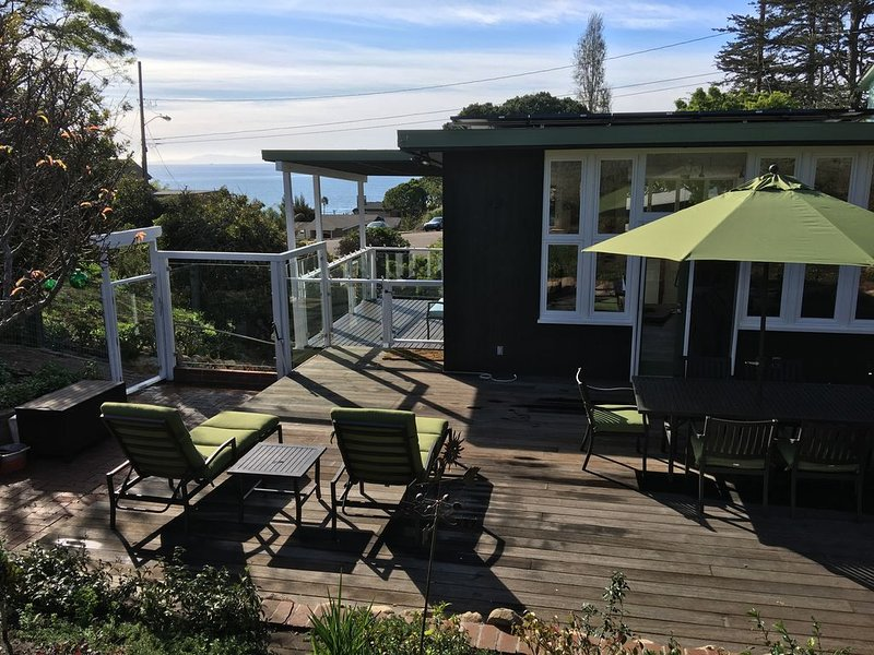 Villa Verde - Luxurious Ocean and Mountain View Villa, casa vacanza a Summerland