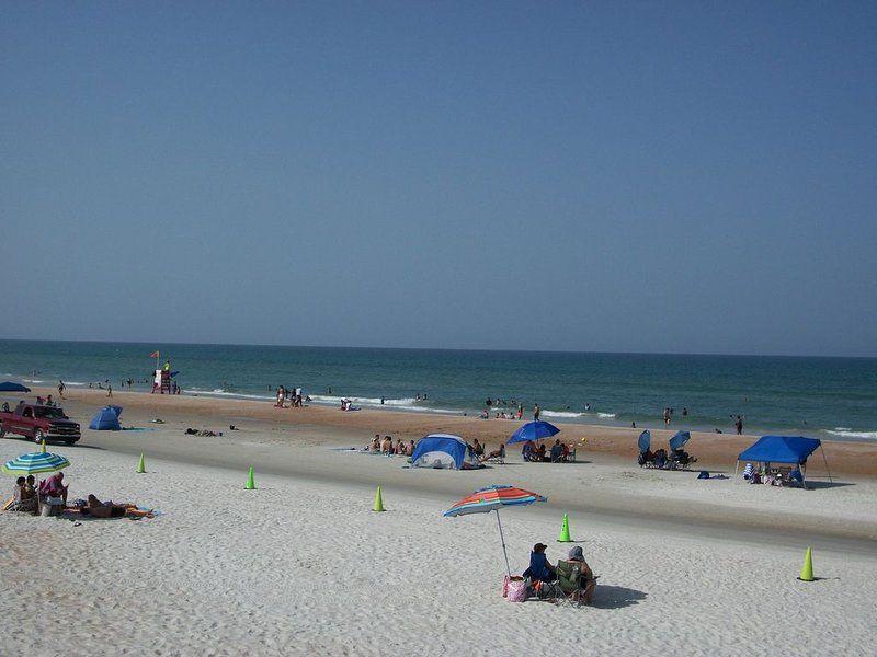 **OCEANFRONT** ONE BEDROOM VILLA WITH PRIVATE PATIO, holiday rental in Daytona Beach Shores