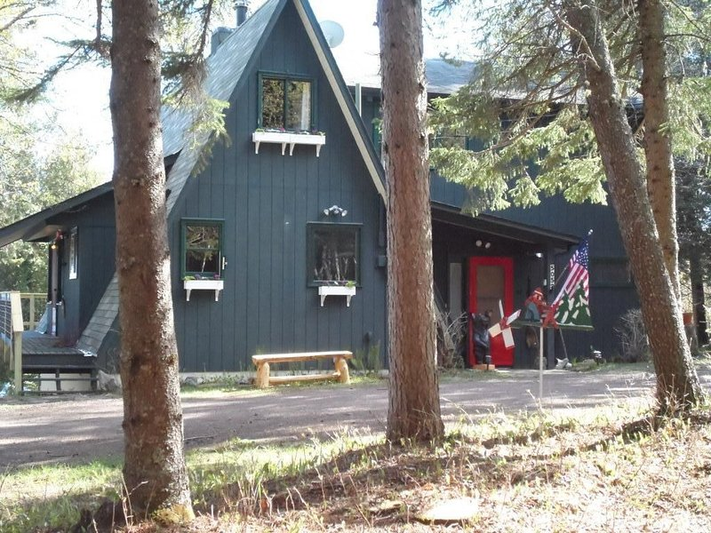Twin Cedars Lutsen, A Pet Friendly Aframe On Lake Superior, 3 miles To Ski Hill., holiday rental in Lutsen